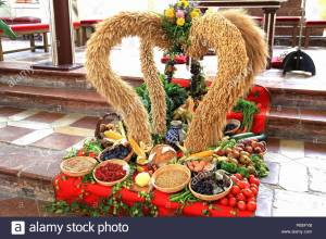 german-thanksgiving-harvest-decoration-in-a-catholic-church-pb5fyb
